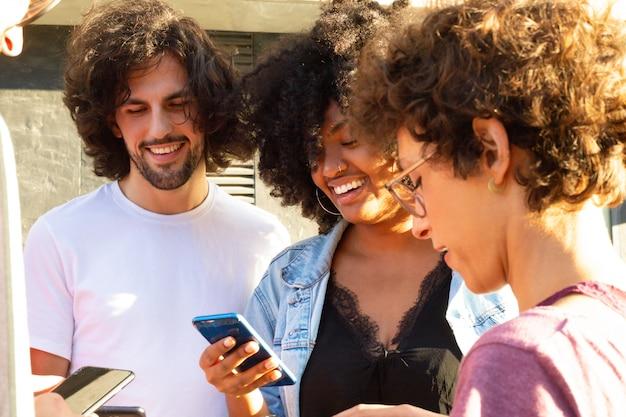 Equipe interracial de amigos em pé em círculo