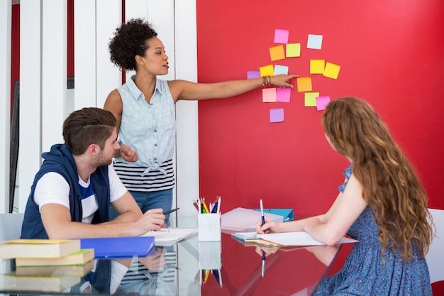 Equipe jovem criativa em reunião