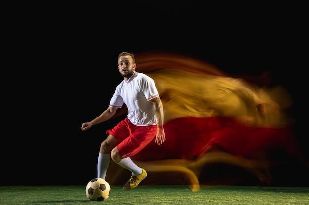 Equipe. jovem homem caucasiano de futebol ou jogador de futebol em roupas esportivas