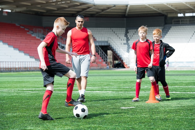 Equipe júnior na prática de futebol