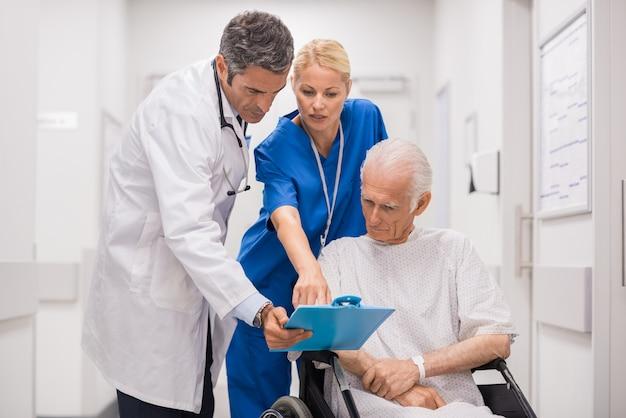 Equipe médica com paciente