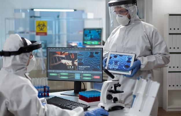 Equipe médica de cientista analisando experiência cobiçosa de desenvolvimento de vacinas