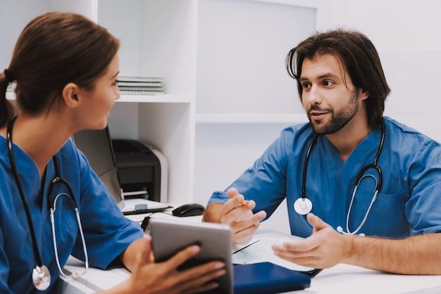 Equipe médica discutir colegas de questões falando.