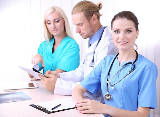 Equipe médica durante reunião no escritório