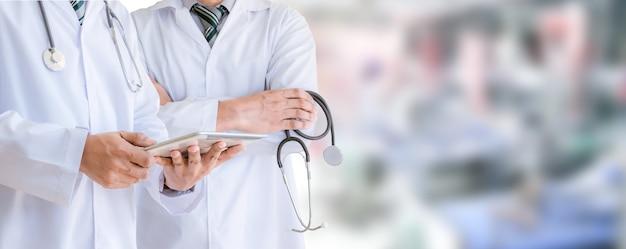 Equipe médica e o médico no hospital