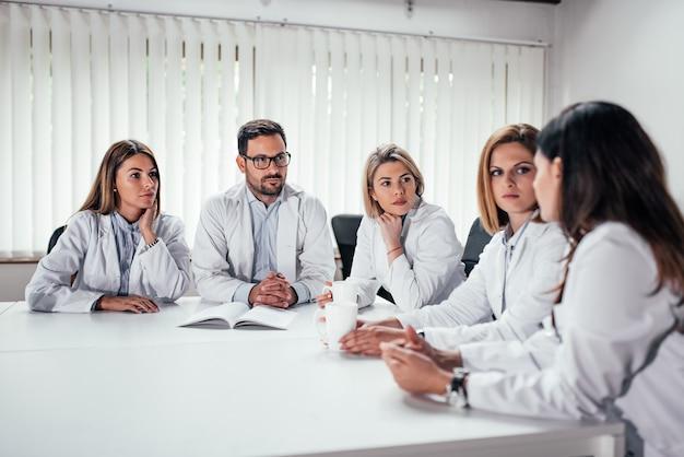 Equipe médica falando.