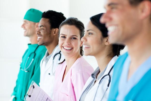 Equipe médica internacional em pé em uma linha