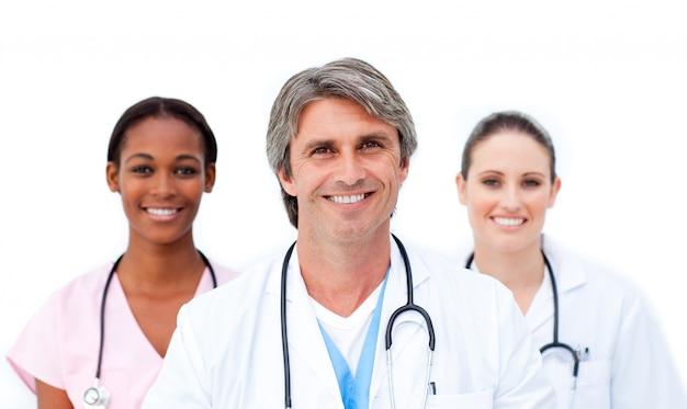 Equipe médica internacional, sorrindo para a câmera
