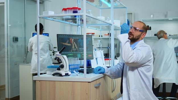 Equipe multiétnica de cientistas trabalhando em laboratório médico, desenvolvendo medicamentos inovadores. laboratório modernamente equipado e preparado para inovação em vacinas, utilizando ferramentas químicas de alta tecnologia para pesquisa científica,