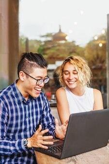 Equipe multirracial de uma startup vendo seu primeiro sucesso online