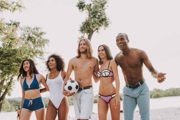 Equipe multirracial, praticar esportes na praia