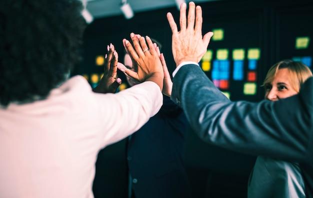 Equipe negócio, dar, um, alto cinco
