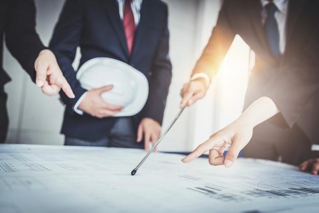 Equipe negócio, trabalhando, com, blueprint