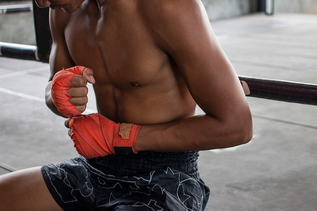 Equipe o pugilista que envolve sua mão no esporte da arena do encaixotamento.