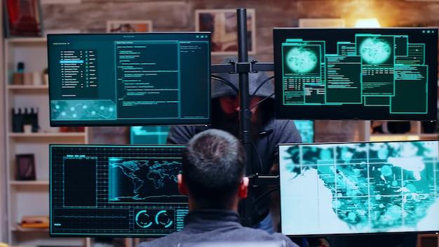 Equipe organizada de cibercriminosos falando sobre seu sistema de segurança. hackers perigosos.