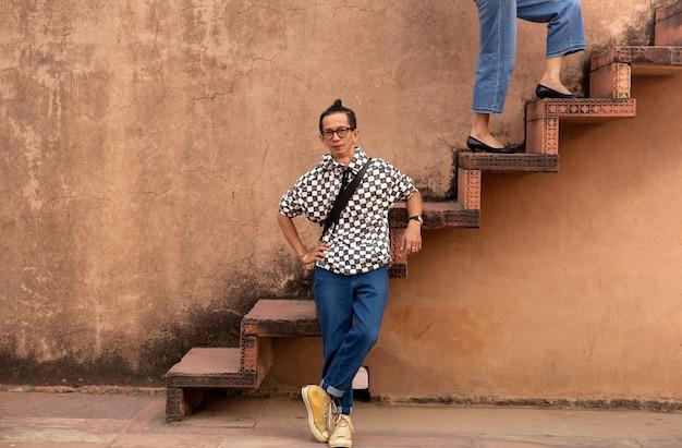 Equipe os vidros vestindo que estão na escadaria com a mulher que anda acima do conceito da forma e da beleza das escadas.