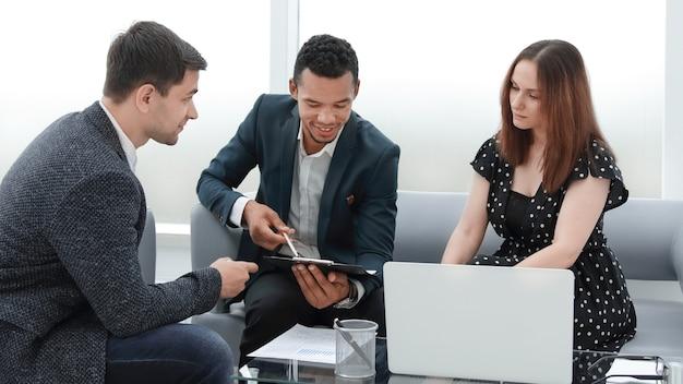 Equipe profissional de negócios discutindo novo plano de trabalho