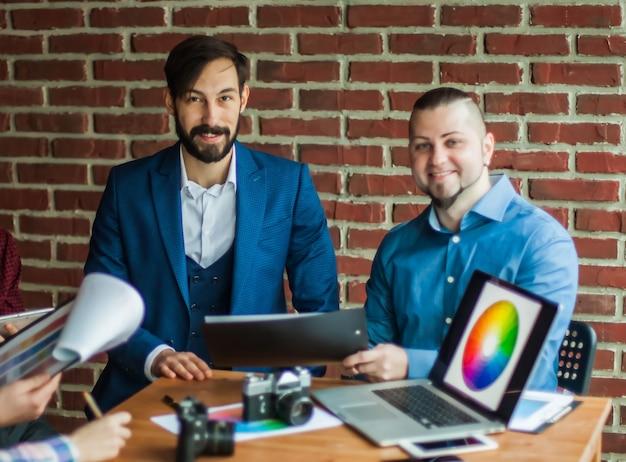 Equipe profissional de negócios discutindo novo projeto