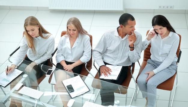 Equipe profissional de negócios em uma reunião de trabalho em um escritório moderno.