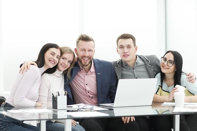 Equipe profissional de negócios sentada na mesa. o conceito de trabalho em equipe