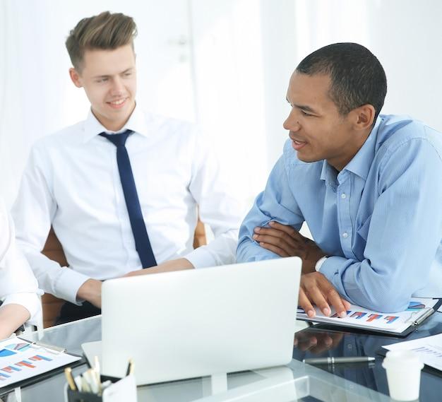 Equipe profissional de negócios trabalhando com documentos financeiros