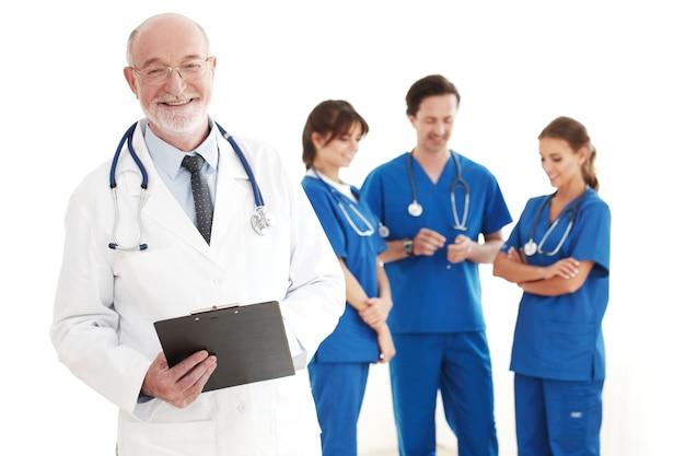 Equipe sorridente de médicos e enfermeiras em fundo branco