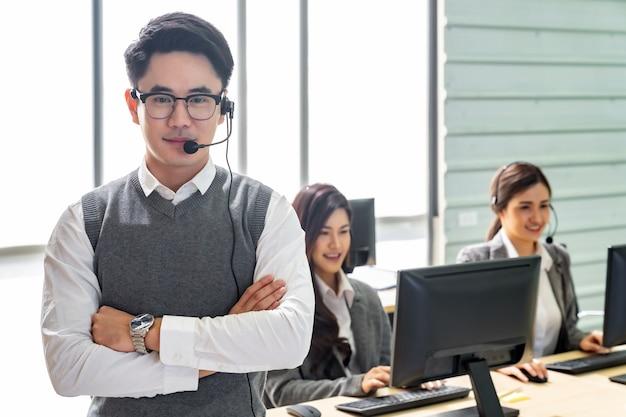 Equipe sorridente do call center