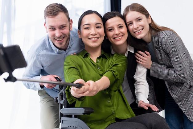Equipe sorridente tomando uma selfie