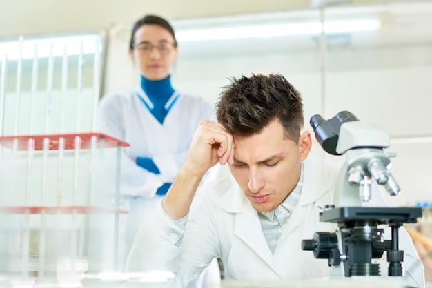 Equipe talentosa de cientistas no trabalho