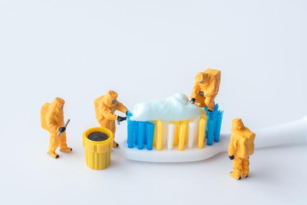 Equipe técnica em miniatura está monitorando contaminantes na pasta de dente