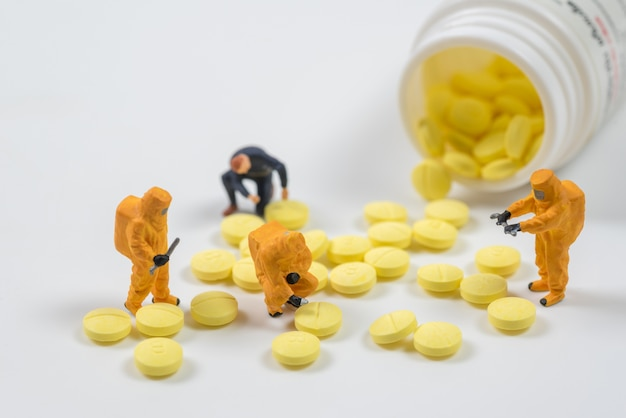 Equipe técnica em miniatura está monitorando contaminantes na pílula de drogas