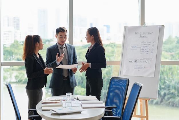 Equipe tendo discussão na sala de reuniões