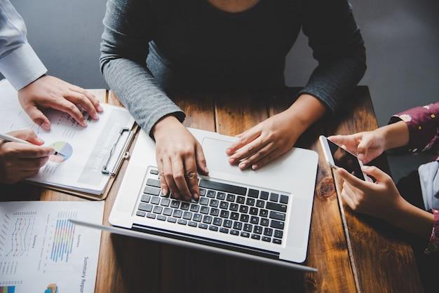 Equipe trabalhando com o laptop no escritório de espaço aberto