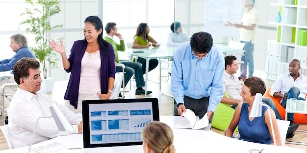 Equipe trabalhando juntos em um escritório