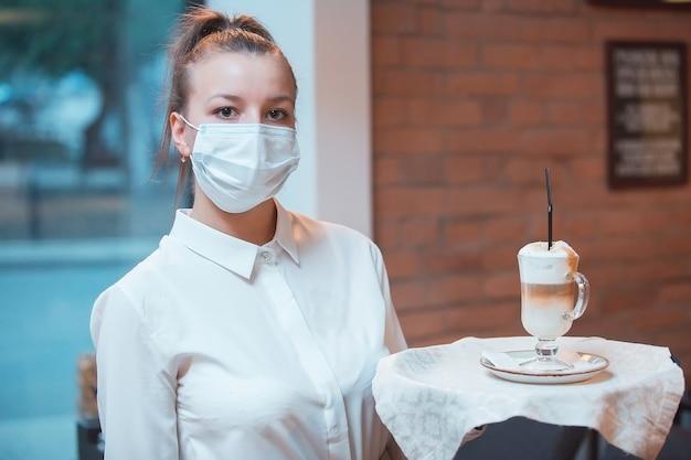 Equipe usando máscara médica