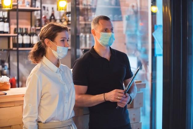Equipe usando máscaras médicas