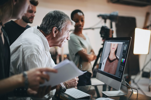 Equipe verificando fotos de uma sessão de estúdio
