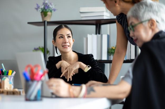 Equipe woaman de negócios asiáticos trabalhando no laptop na sala de reuniões. conceito de brainstorming e trabalho em equipe de empresários profissionais.