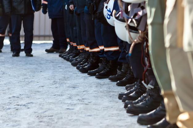 Equipes de resgate vestindo uniformes em pé na implantação