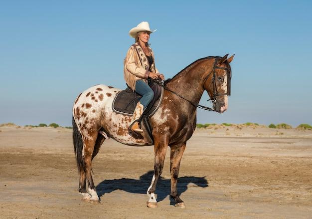 Equitação menina e cavalo