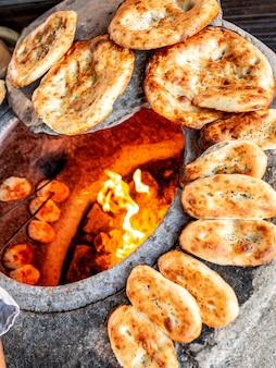 Er ° zeri pão tandoor nacional com sementes de gergelim
