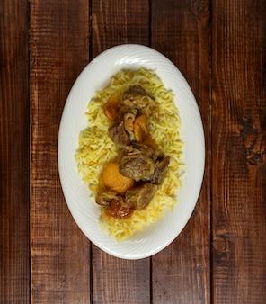 Er ° zeri pilaf tradicional com carne e castanhas