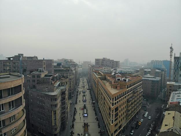 Erevan - a capital do país do cáucaso armênia. vista aérea de cima por zangão. centro da cidade e avenida principal