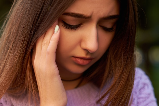 Erro estúpido das mulheres. arrependimento, culpa, esqueça o conceito de ressaca dor de cabeça