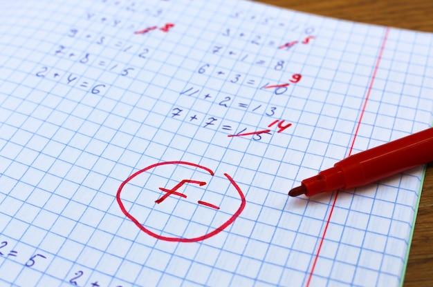 Erros corrigidos em caneta vermelha em um caderno