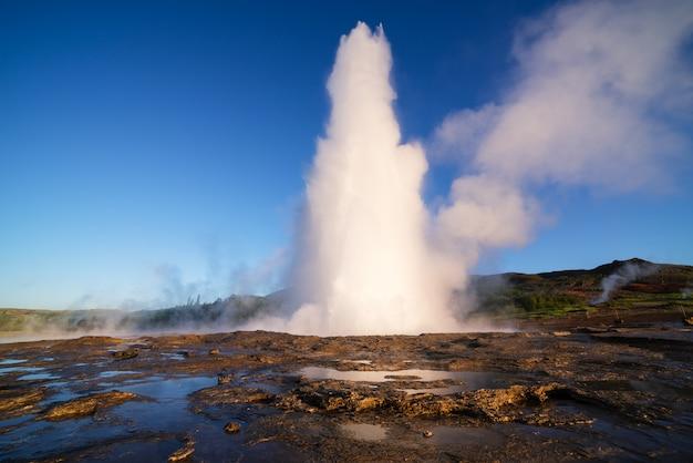 Erupção de gêiser strokkur na islândia