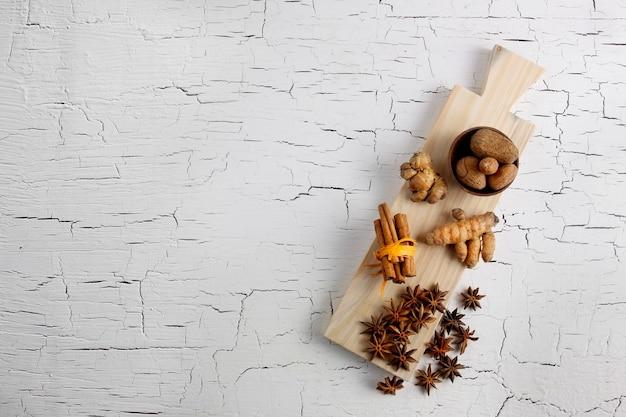 Erva e especiarias na tábua de madeira