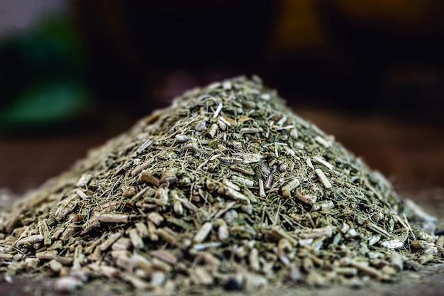 Erva-mate na superfície de madeira. erva usada para chimarrão típico da américa do sul