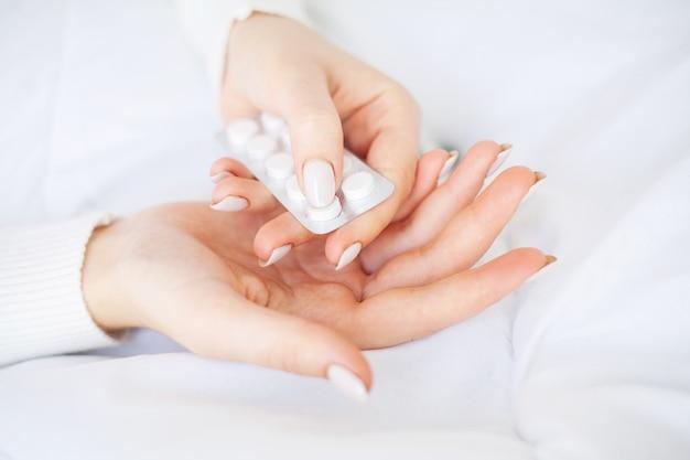 Erva medicinal. pílulas de ervas na mão, palma da mão, dedos com planta médica saudável. suplemento vitamínico para cuidados, medicamentos