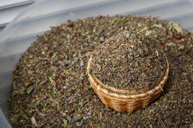 Erva moída a seco que pode ser usada como uma mistura de chá ou fumo